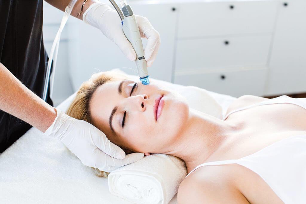 Hydrafacial-R-Treatment-Frau-Blond